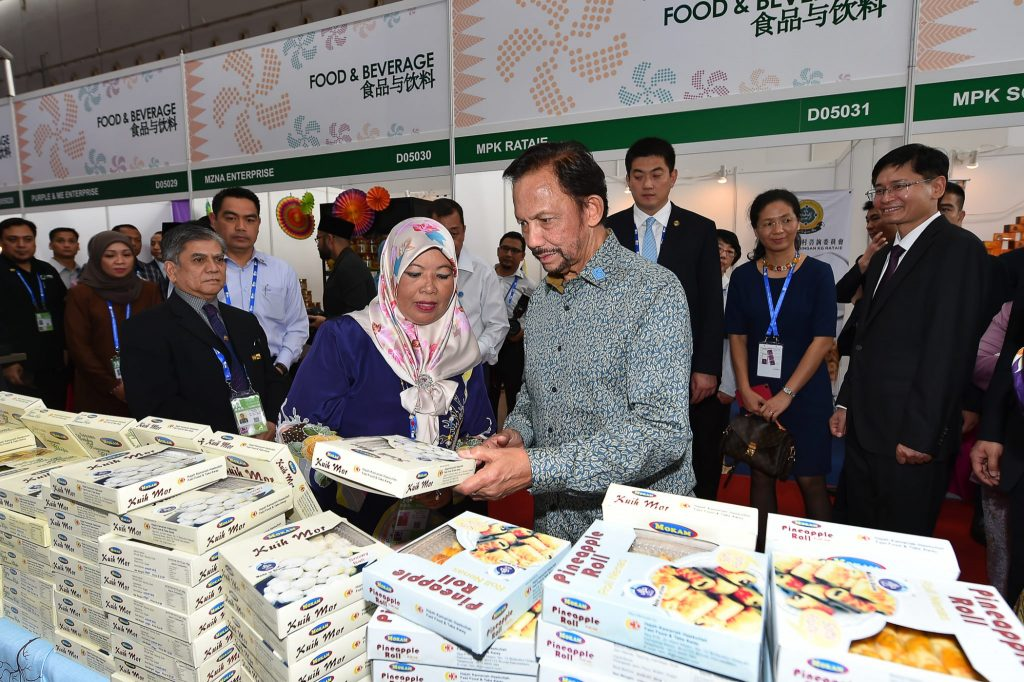 His Majesty viewing the products of Mokam, a local business from Brunei.
