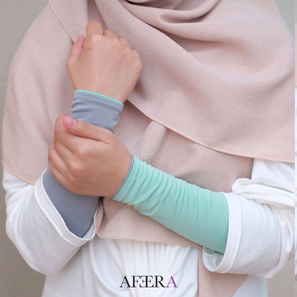 A catalogue image of a pair of reversible hand sleeves sold by Afeera BN.