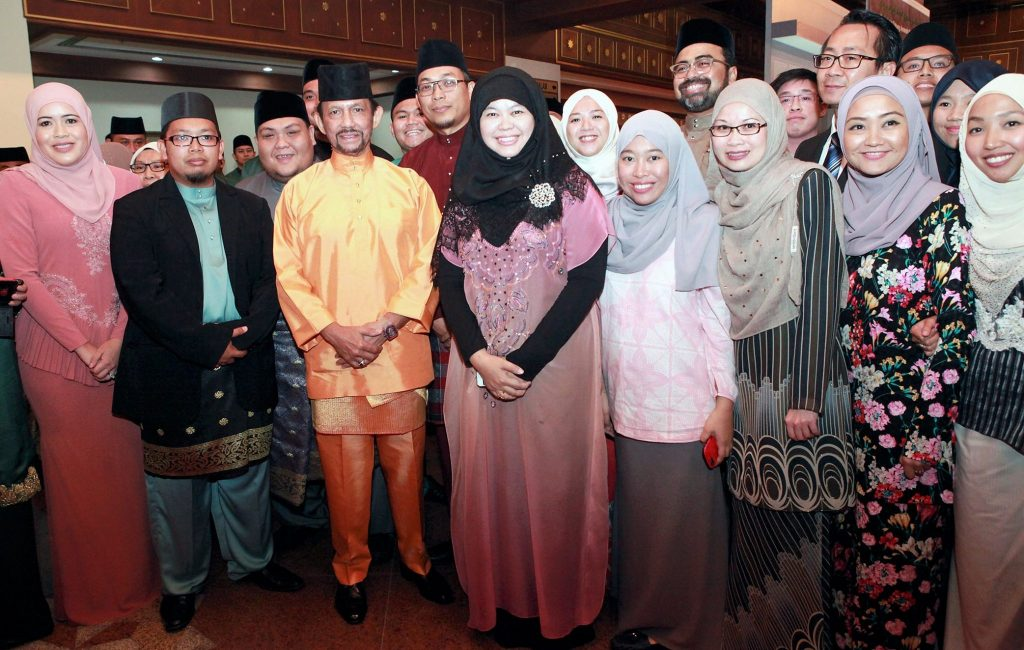 His Majesty taking a picture with startups that took part in TAIB's entrepreneurship programme.